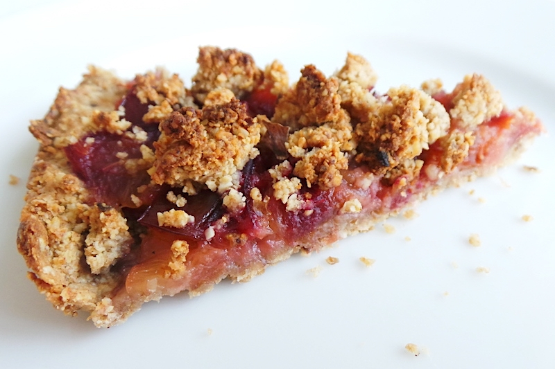 healthy plum crumble pie that is vegan, flourless and refined sugar-free! | www.beautybites.org