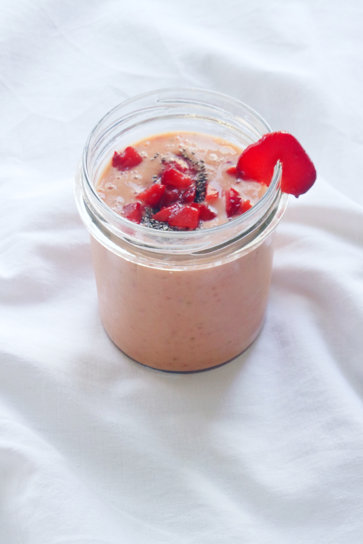 Super delicious healthy strawberry smoothie recipe without bananas! This one is made with peaches and tastes like a strawberry shake! You need to try it! | www.beautybites.org