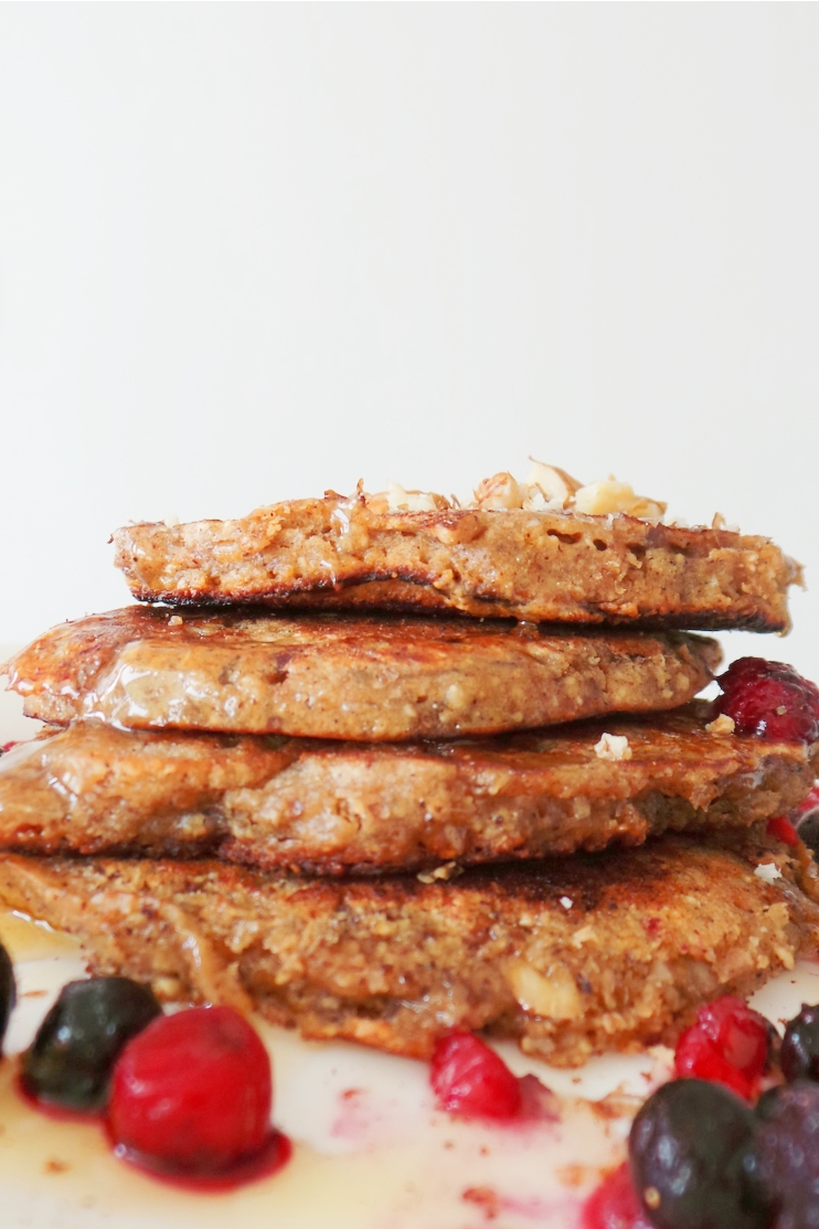 Apple pancakes with oats - flourless and refined sugar-free! This is an easy and healthy breakfast that tastes amazing! Try it! | www.beautybites.org