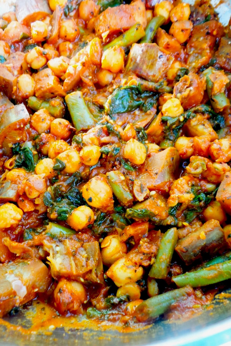 15-minute chickpea skillet - healthy vegan dinner recipe that you can use in wraps, bowls or enjoy like this! This chickpea recipe is easy, gluten-free and high-fiber!
