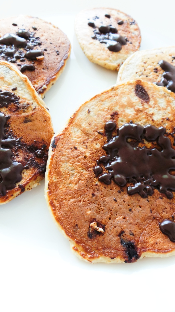 Chocolate chip oatmeal pancakes! Healthy pancake recipe that is refined sugar-free, vegetarian and flourless. This is an easy healthy breakfast idea you can make in 10 minutes!