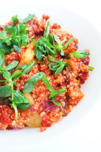 Easy and healthy quinoa dinner recipe! This skillet is full of good for you and delicious ingredients - vegetables, beans, tomatoes - very quick and easy to make + super tasty quinoa recipe! Perfect for meatless Mondays or as a weeknight dinner