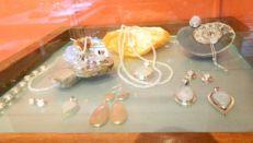 vitrine met sieraden