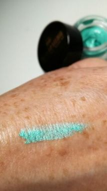 Durable eyeshadow mousse Edgy Emerald swatch