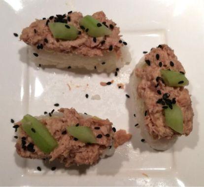 sushi tonijn en zwart sesamzaad