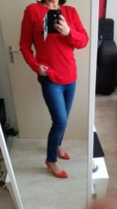 rode blouse, jeans, hakken