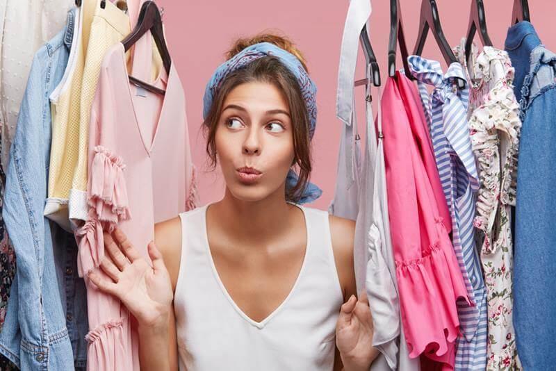 Vrouw en garderobe