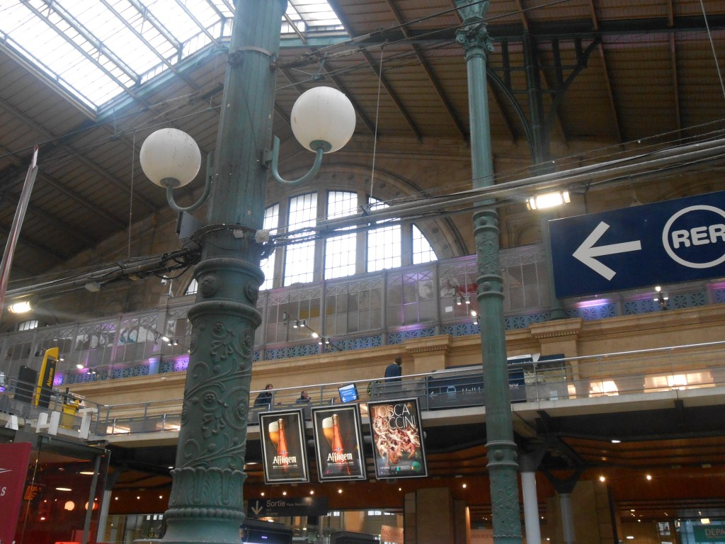 Does the inside of Gare Du Nord look familiar to you? It does to me, it's where the PERFECT Blair & Chuck scene in Episode 2 of Season 4 of Gossip Girl, Double Identity, was filmed! SO. FREAKIN'. COOL.