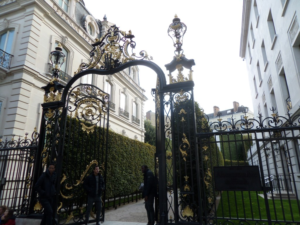Okay, so this gold lavish gate on the Champs-Élysées is beautiful, no!? I thought it was some famous, designer shop...