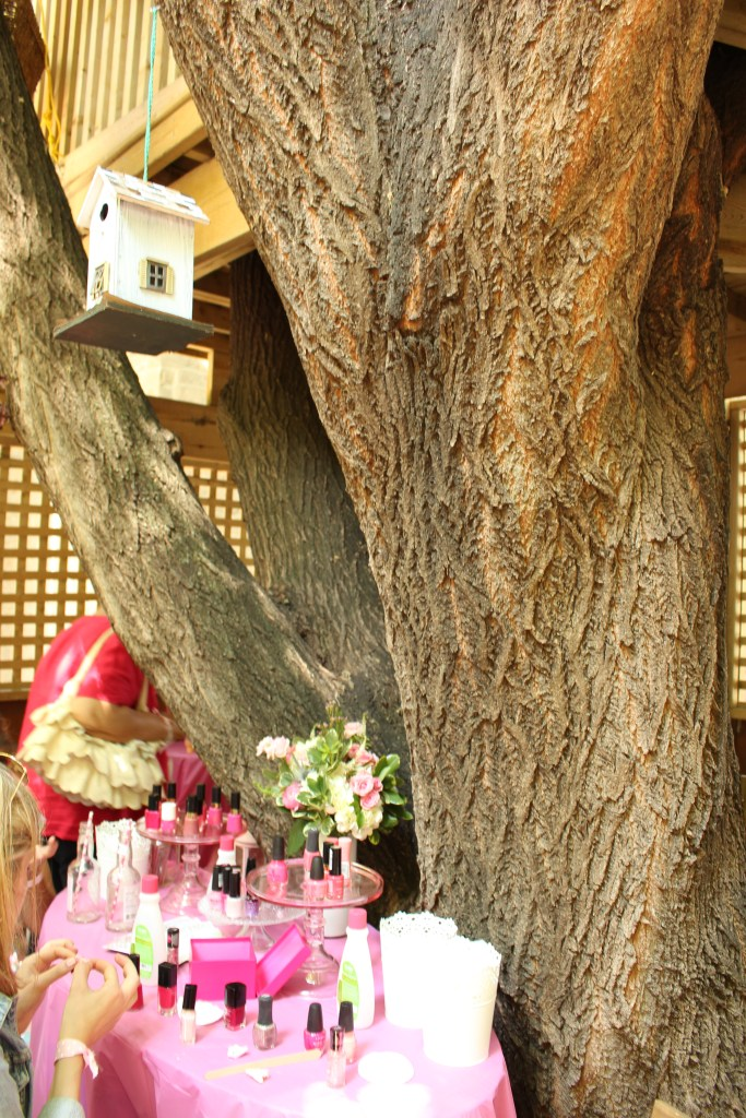 A nail bar under a treehouse...yea, that's heaven!