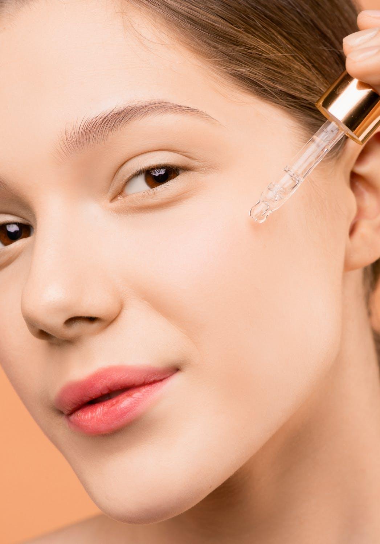 polyglutamic acid applying product for skin hydration