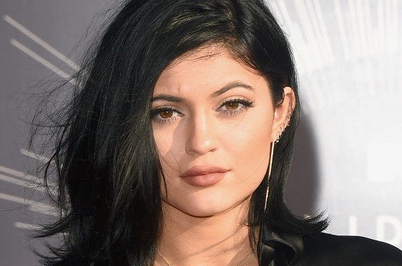 Kylie Jenner com batom nude amarronzado