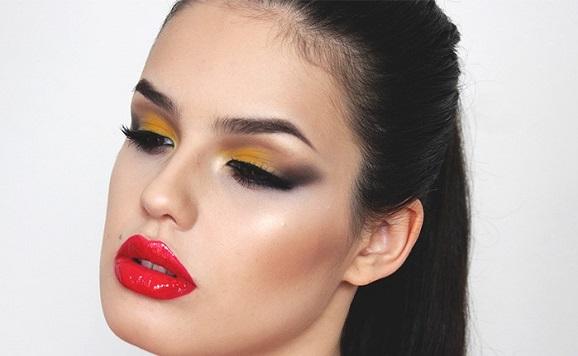 Make com sombra amarela e batom vermelho