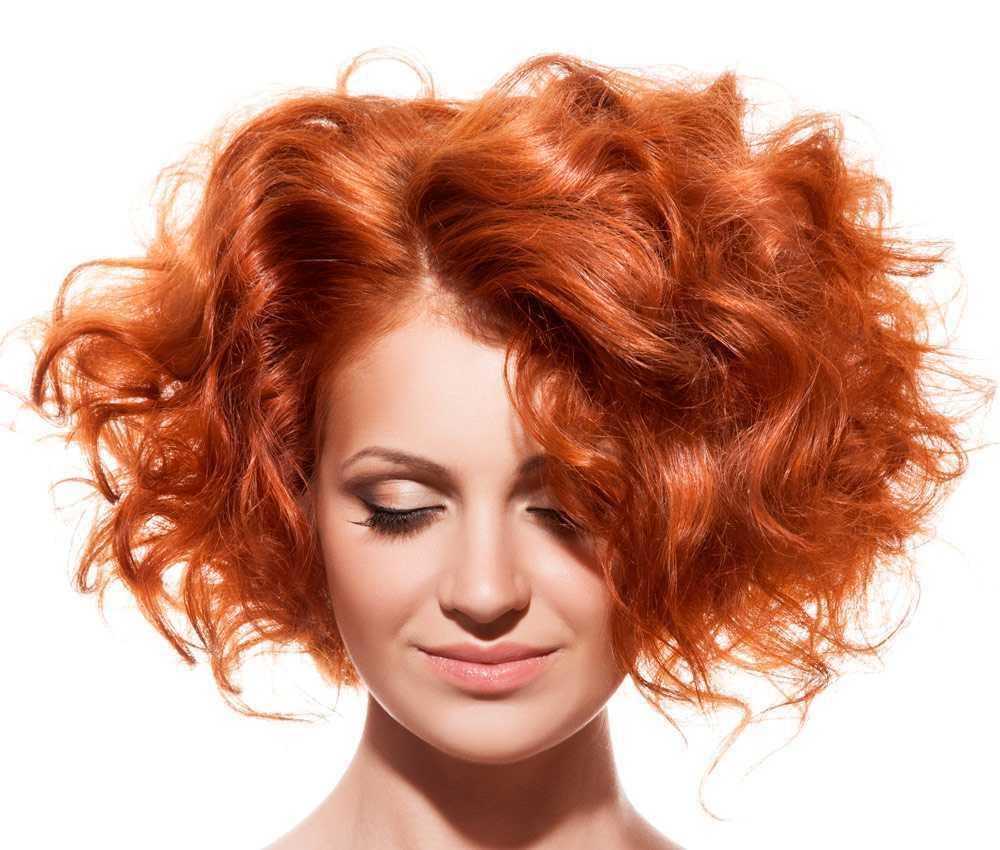 Coupes de cheveux courtes et bouclées volumineuses