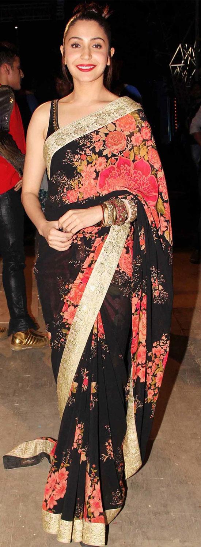 Anushka-Sharma-In-Black-And-Red-Floral-Print-Saree
