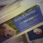 επειδή και το σκυλί σαν το παιδί είναι...γιατί να μην έχει και αυτό τα δικά του μαντηλάκια...έ; :-P