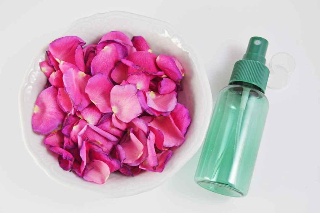 Kurz aufkochen und dann auf tiefer Stufe köcheln lassen bis sich die Farbe aus den Rosenblättern gelöst hat.