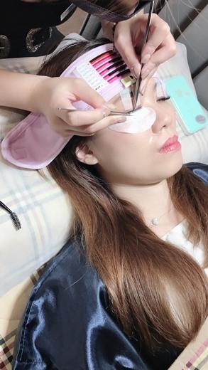 【種睫毛】台中高端的種睫毛技術~美睫店就找樂比美學概念館~接了美睫之後眼睛好有神,還有內眼線妝感好好看