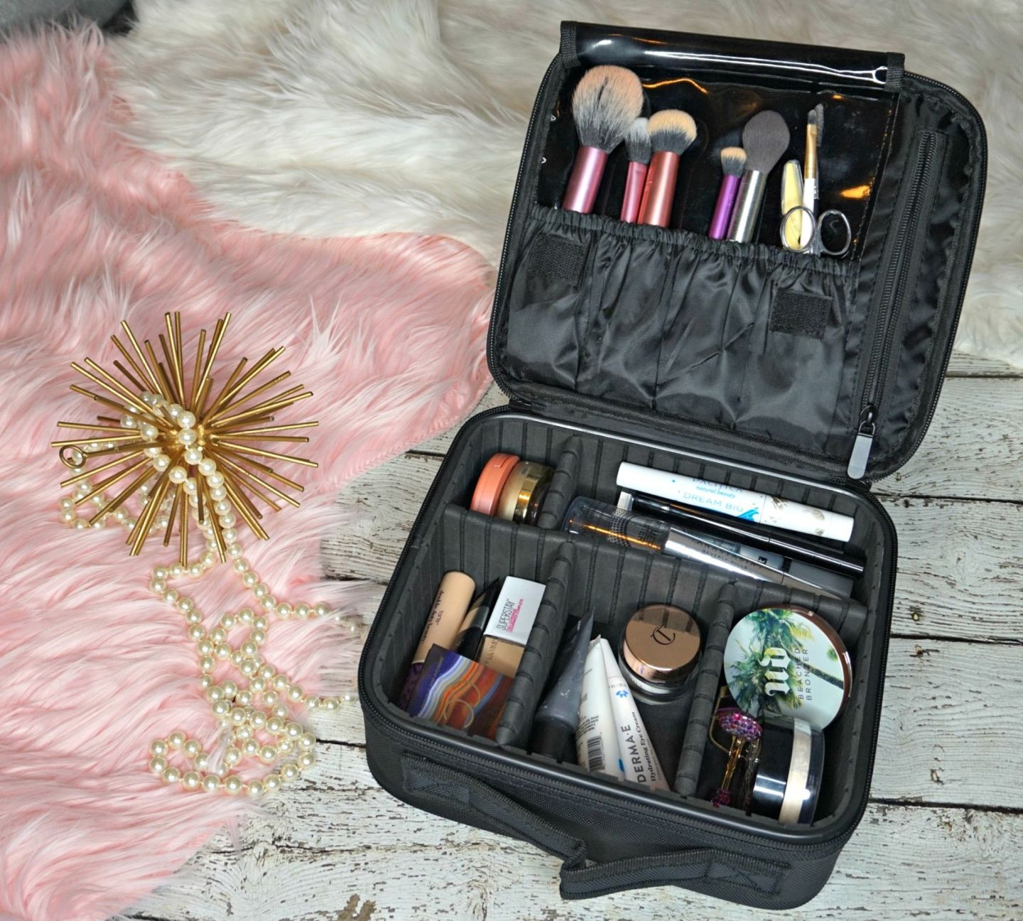 Travel Makeup Bag Essentials // Must Have Travel Makeup Bag // Must Have Makeup Products // Travel Makeup Tips | Beauty With Lily #beautyblogger #makeuptips #beautyhacks