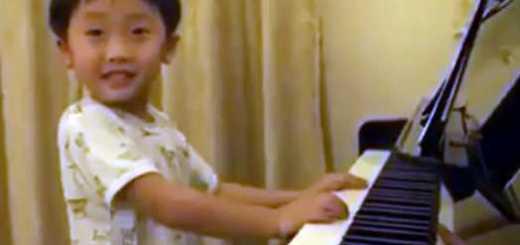menino prodigio a tocar piano