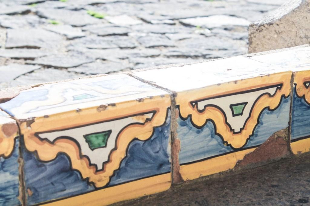 chiostro maiolicato santa chiara 1