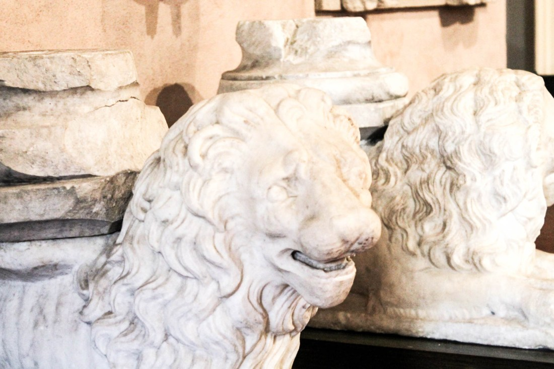 Non potete perdere all'interno del complesso di Santa Chiara, il bellissimo museo che raccoglie un po' tutta la storia della Chiesa dal 300 fino al 700. Si parte con l'area archeologica esterna che raccoglie i resti delle terme romane ritrovate sotto la chiesa. 11