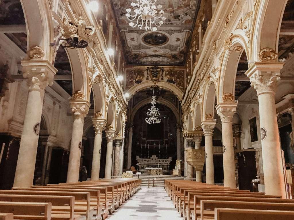 interni della cattedrale di matera in piazza duomo