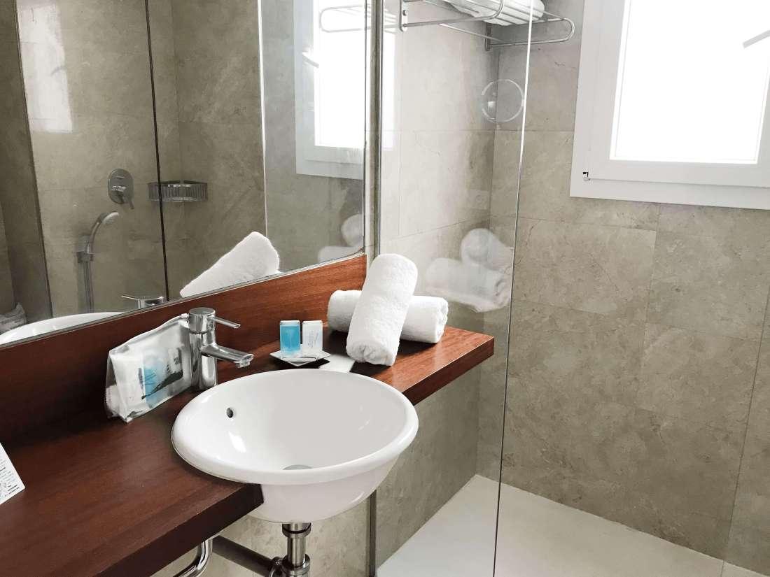 hotel-princesa playa-menorca-bathroom room