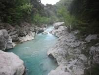 Klares Wasser, felsiges Ufer