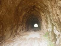 Wanderweg durch Tunnel