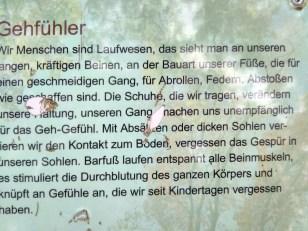 Schrifttafel an Barfußweg: Füße sind Fühler!