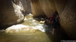 Der Weg durch den Canyon führt teilweise durch tiefes Wasser