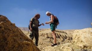 Guide Ali und Beate betrachten eins der zahllosen Fossilien