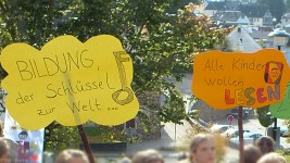 Auch eigene Plakate zeigten die Kinder