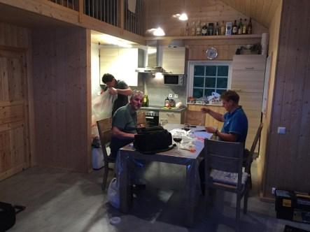 Inder Küche beim Vorfächer binden