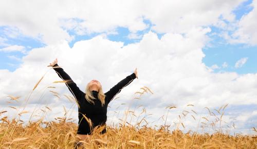 https://i2.wp.com/www.becomingminimalist.com/wp-content/uploads/2010/11/woman-field-freedom.jpg