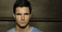Robbie_Amell3
