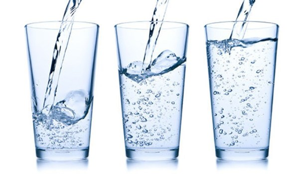 L'hydratation joue un rôle dans notre alimentation que nous négligeons tous. C'est donc important d'être conscient des bienfaits que cela apporte de boire de manière régulière de façon quotidienne.