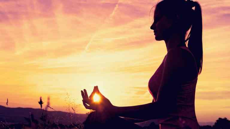 Les sports doux comme le yoga, le tai-chi... favorisent l'endormissement car ils permettent au corps de se relâcher en s'étirant de manière lente et douce. Alors, pourquoi ne pas faire une séance de yoga avant de sauter au lit?