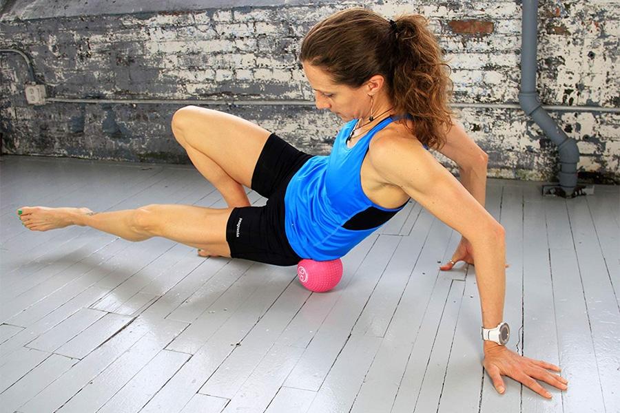 L balle de massage est également un accessoire intéressant à avoir en plus du foam roller car le degrés de ces deux outils diffère énormément. Optez donc pour une balle faisant la taille d'une balle de tennis car une balle trop grosse ne sera pas intéressante pour travailler en précision.
