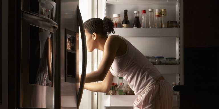Manger trop tardivement ne va pas vous faciliter la tâche pour ce qui est de trouver le sommeil rapidement. Laissez donc du temps à vos organes de digestion de travailler tranquillement en mangeant au moins 2 heures avant de vous coucher.