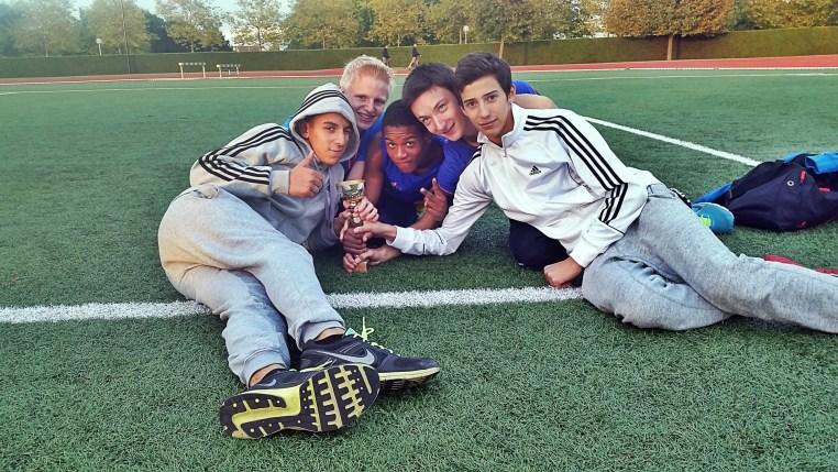 Jelis, Maël, George, Théo et Victor avec la coupe des minimes garçons