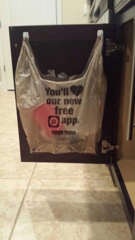 suspendre sac poubelle avec crochet adhésif