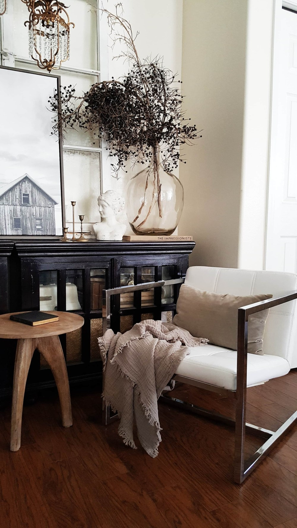 Modern Farmhouse Eclectic Industrial Decor Design Vintage Antiques Rugs Living Room Inspiration Black and White Scandinavian Decor Decorating ideas Fall Winter