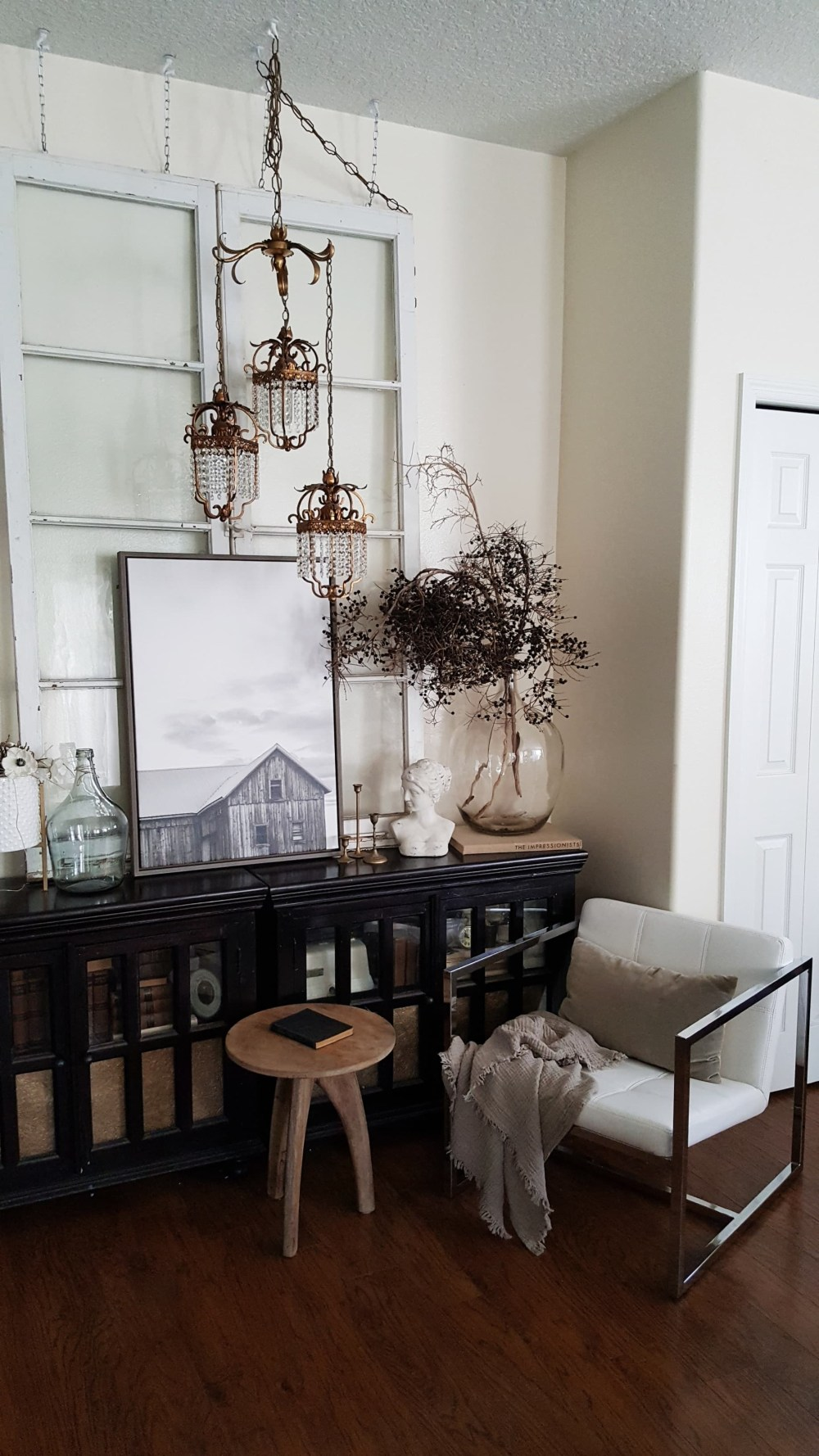 Modern Farmhouse Eclectic Industrial Decor Design Vintage Antiques Doors Chandelier Rugs Living Room Inspiration Black and White Scandinavian Decor Decorating ideas Fall Winter