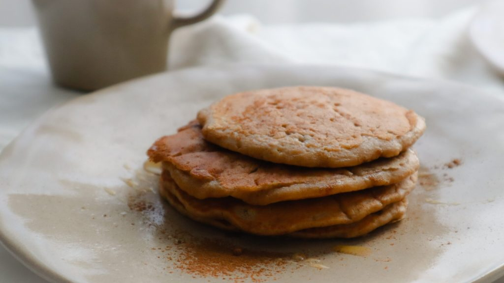 fluffy apple cinnamon oat pancakes