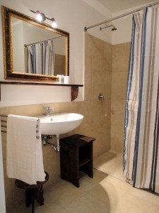 Standard Room Bathroom Palazzo San Giovanni BeeYond Travel