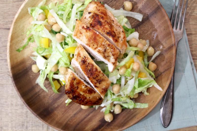 Simpele salade met kip, avocado en kikkererwten