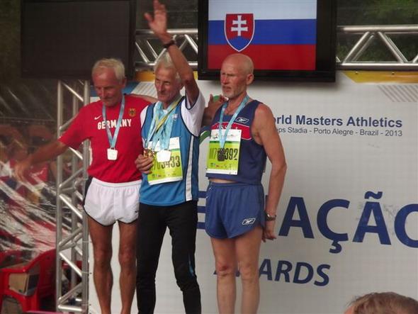 vyhodnotenie maratónu: vľavo Nemec H. Froehlich, v strede ja a v pravo Rus V. Melich.