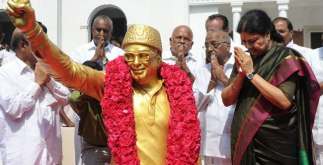 Sasikala to be the Next CM of TN 4 Behind History